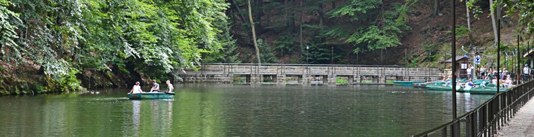 Ruderbootverleih auf dem idyllischen Amselsee inmitten der Felsenlandschaft
