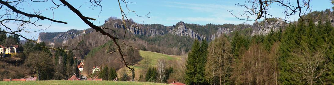 Blick zu den Gänsesteinen im Kurort Rathen
